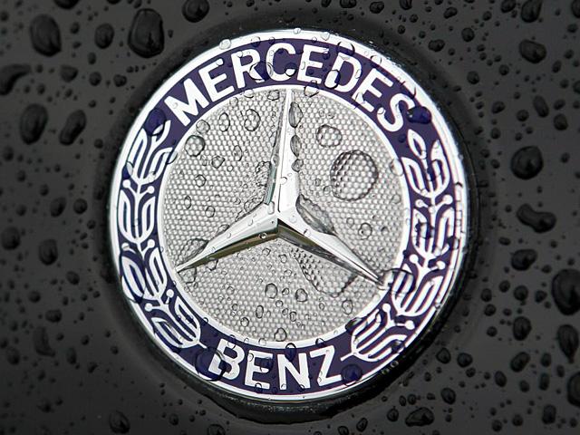 Mercedes-Benz emblem 640x480